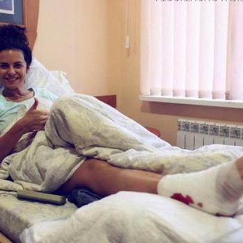 Настя Каменских сломала ногу из-за нераскрывшегося парашюта