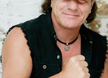 Вокалист группы AC/DC теряет слух