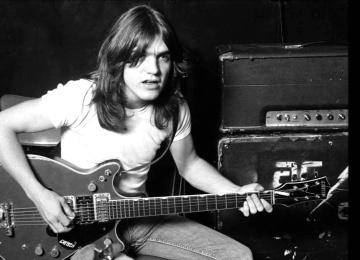 Умер гитарист группы AC/DC Малькольм Янг