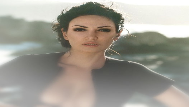 Албанская певица пришла на вечеринку «Оскара» в прозрачном платье