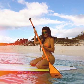 Ким Кардашьян делится пляжными фото с семейного отдыха