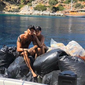 Хлоя Грин и Джереми Микс собирают мусор