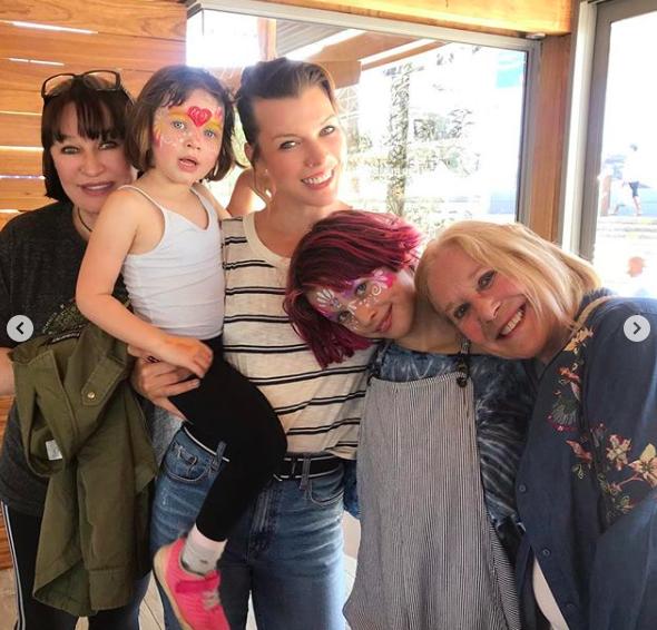 Мила Йовович показала семейные фото