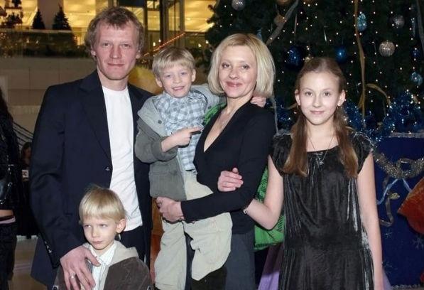 Звёздные пары, которые усыновили детей
